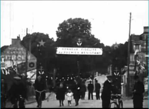 De Gaulle au milieu des ruines de Mortain