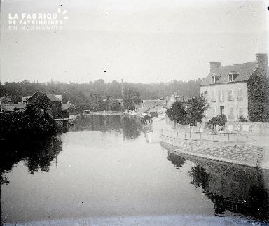 B001 Village au bord d'un cours d'eau