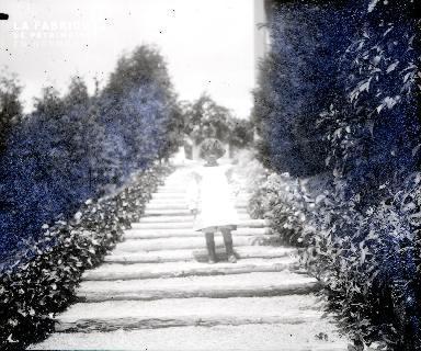 B002 Fillette descendant l'escalier