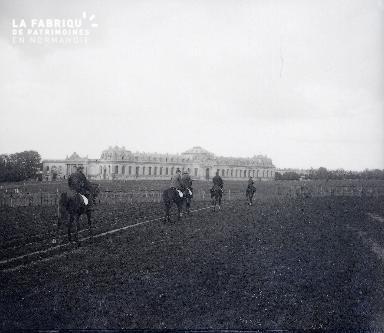Des cavaliers à cheval se dirigent vers la piste du haras national de Saint-Lô