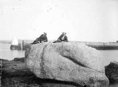B003 Portrait 2 hommes couchés sur un rocher