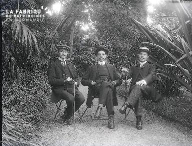 B003 Portrait 3 hommes assis