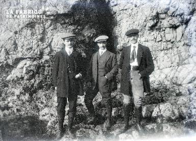 B003 Portrait 3 hommes au pied de la falaise