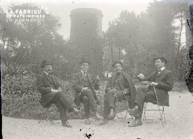 B003 Portrait 4 hommes assis devant la tour 2