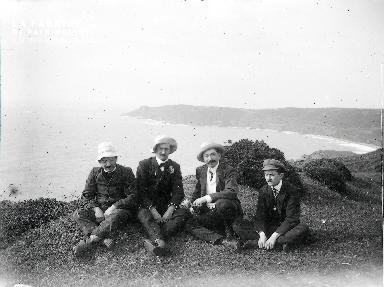 B003 Portrait 4 hommes assis sur la falaise