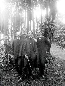 B003 Portrait 4 hommes debout dans le parc