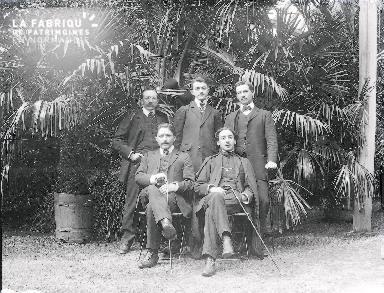 B003 Portrait 5 hommes devant les plantes