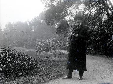 B003 Portrait jeune homme dans un parc