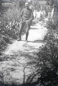 B003 Portrait jeune militaire dans le chemin