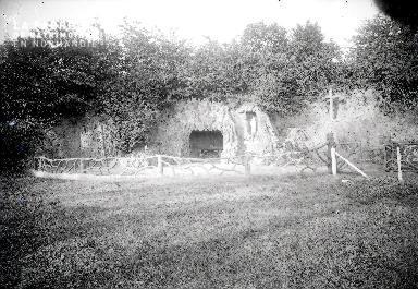 B004 Chapelle dans la grotte