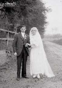 B004 Portrait couple de mariés dans le chemin