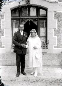 B004 Portrait Couple de mariés devant fenêtre