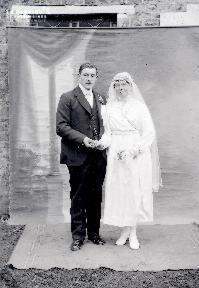 B004 Portrait couple de mariés devant toile peinte 1