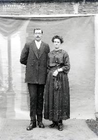 B004 Portrait couple devant toile peinte