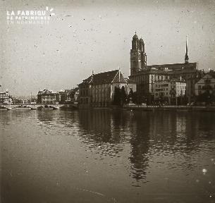 B005 La rivière traversant la ville