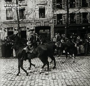 Chevaux et cavaliers défilent dans une rue parisienne
