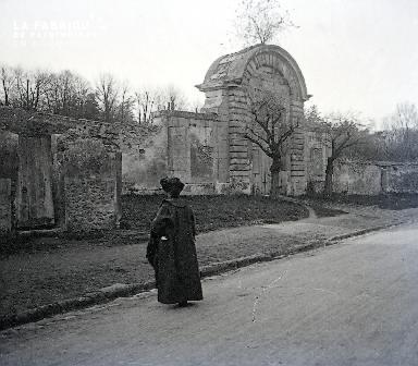 B007 La femme en noire devant la porte en pierre