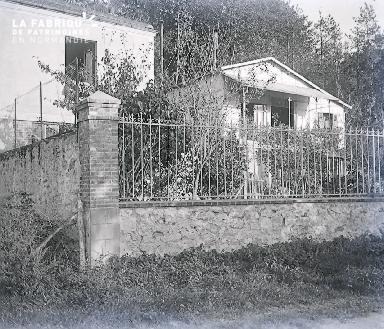 B007 Le pavillon derrière la grille