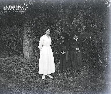 B007 Une robe blanche et deux robes noires 2
