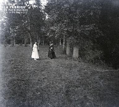 B007 Une robe blanche et deux robes noires 3