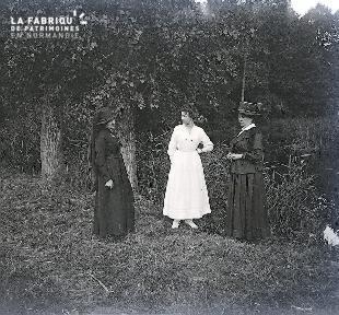B007 Une robe blanche et deux robes noires