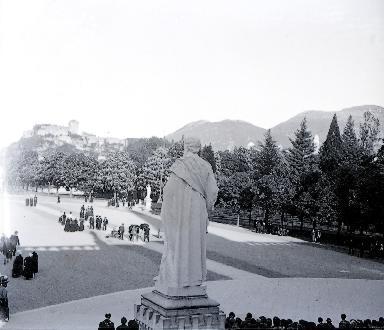 B010 La statue monumentale