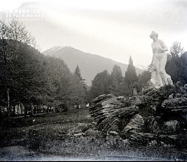 B011 La statue sur son rocher