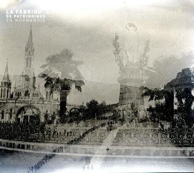 B011 Lourdes Reflets dans la vitre 2