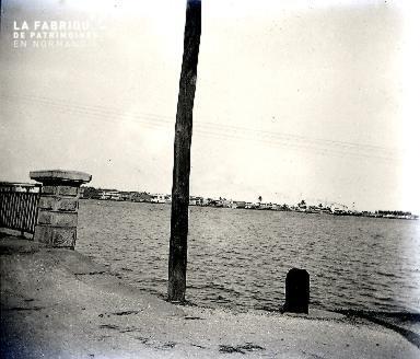B012 Le poteau sur la plage