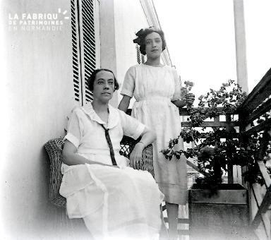 B012 Portrait 2 Femmes sur un balcon