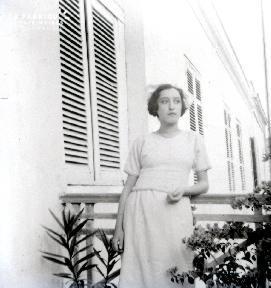 B012 Portrait Femme sur un balcon 2