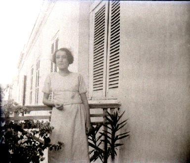 B012 Portrait Femme sur un balcon
