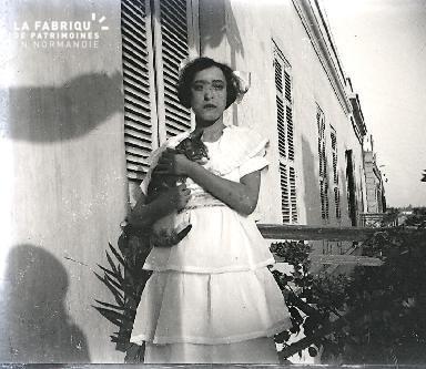 B012 Portrait La femme au chat