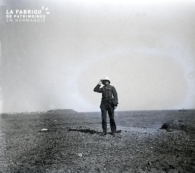 B012 Portrait Militaire au casque colonial