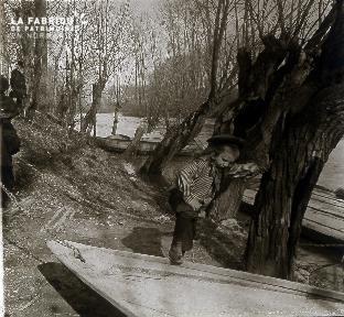 B018 L'enfant qui monte dans la barque