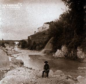 B018 L'homme assis au bord de la rivière