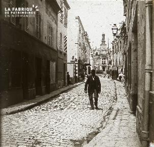 B020 Quotidien 1 homme marchant dans une rue