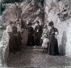 B020 Quotidien famille devant les rochers