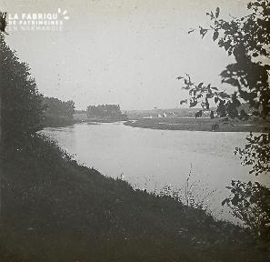 B021 La Hague bord de rivière