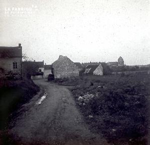 B021 La Hague chemin de terre menant à un village