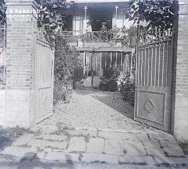 B021 La Hague portail ouvert sur une cour