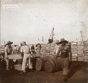 B023 Afrique chargement de caisses en bois