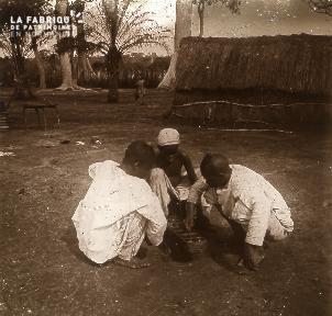 B023 Afrique scène de la vie quotidienne 3 enfants jouant