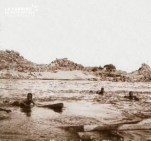B023 Afrique scène de la vie quotidienne enfants nageant sur le Nil