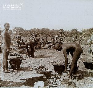 B023 Afrique scène de la vie quotidienne femmes cuisinant