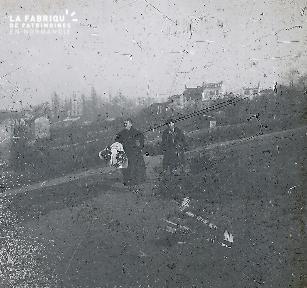 B026 1 femme et 1 homme en costume sur un chemin