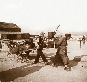 B026 Une femme et un homme en costume sur un quai