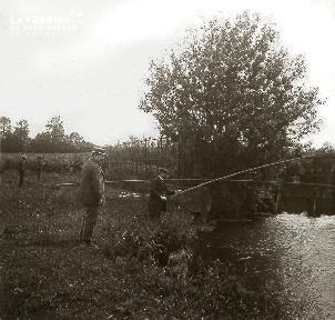 B026 2 hommes pêchant près d'une rivière
