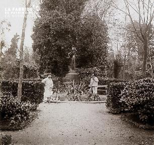 B026 2 jardiniers auprès d'une fontaine