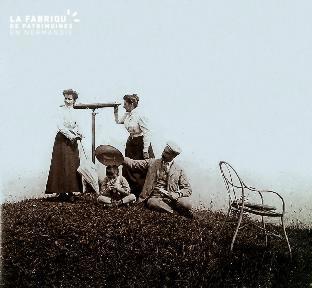 B026 Famille et femme regardant dans 1 longue-vue